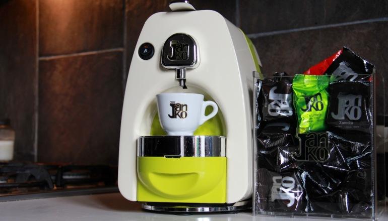 Macchine per caffè espresso con capsule per gustare la tua miscela preferita anche a casa con un mix perfetto tra tecnologia e design.